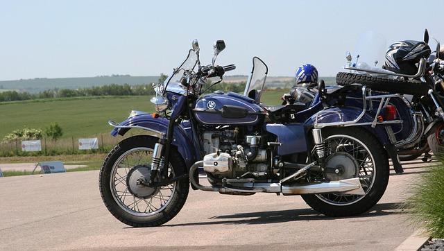 modrý motocykl značky BMW