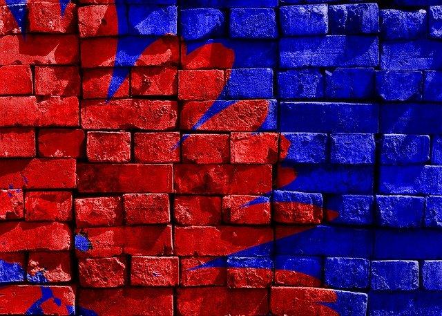 červenomodrá zeď – cihly