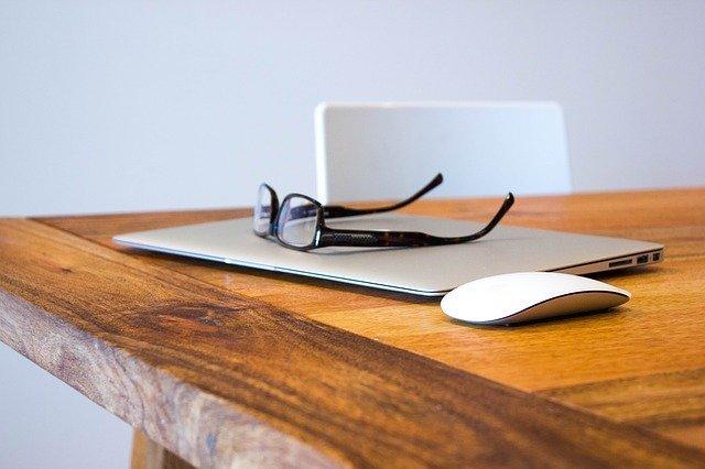 notebook s brýlemi