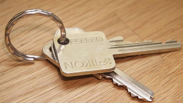 klíče od bytu na stole