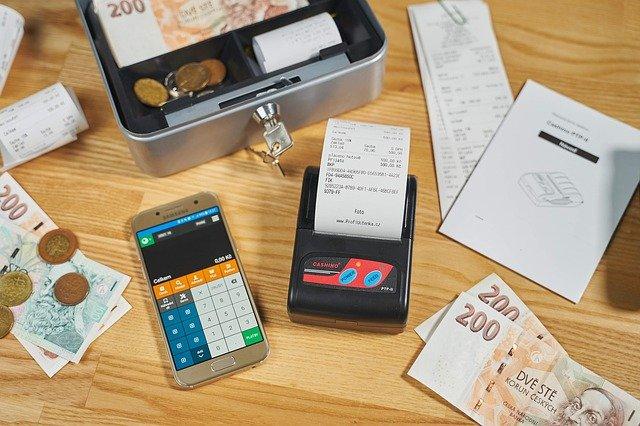 kancelářské potřeby a peníze