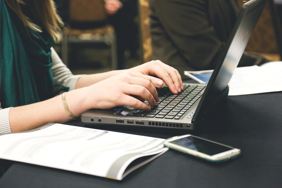 psaní na notebooku